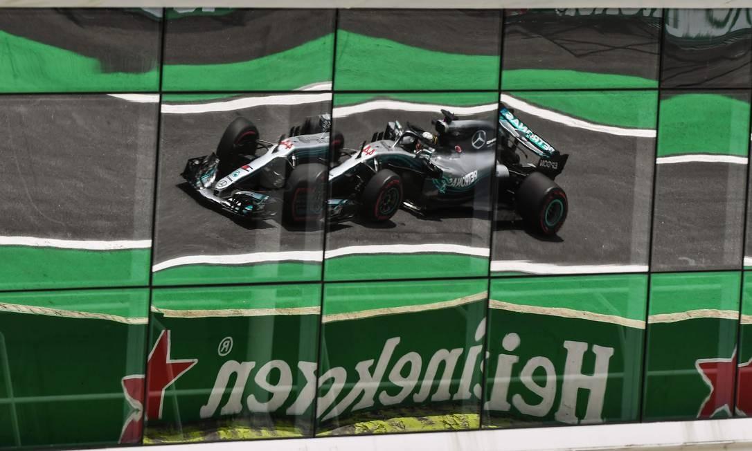 O piloto britânico da Mercedes Lewis Hamilton durante a primeira sessão de treinos livres do Grande Prêmio da F1, no circuito de Interlagos, em São Paulo Foto: NELSON ALMEIDA / AFP
