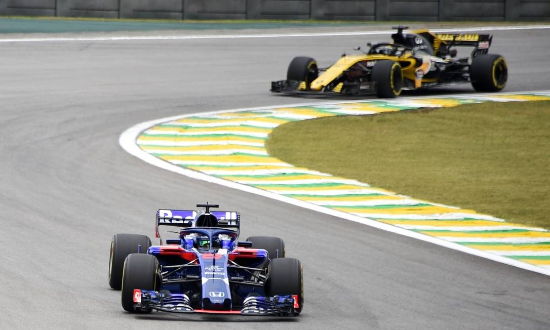 O piloto Brendon Hartley (E) e o espanhol da Renault, Carlos Sainz, durante a primeira sessão de treinos livres do Grande Prêmio da F1 Foto: EVARISTO SA / AFP