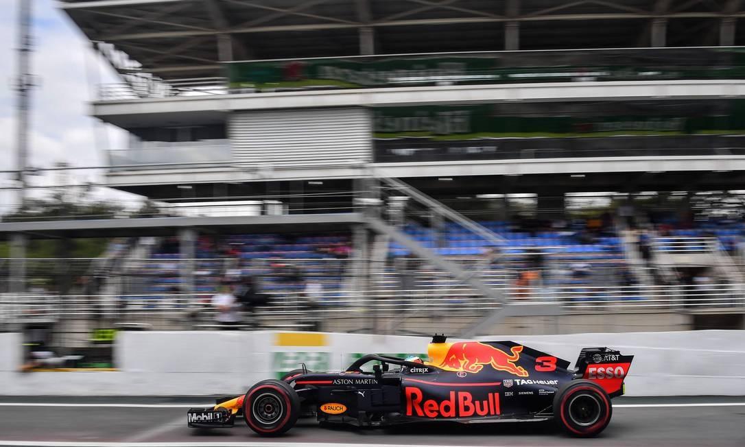 O piloto da Red Bull Daniel Ricciardo, da Austrália, durante os treinos livres para o GP do Brasil no autódromo de Interlagos Foto: NELSON ALMEIDA / AFP
