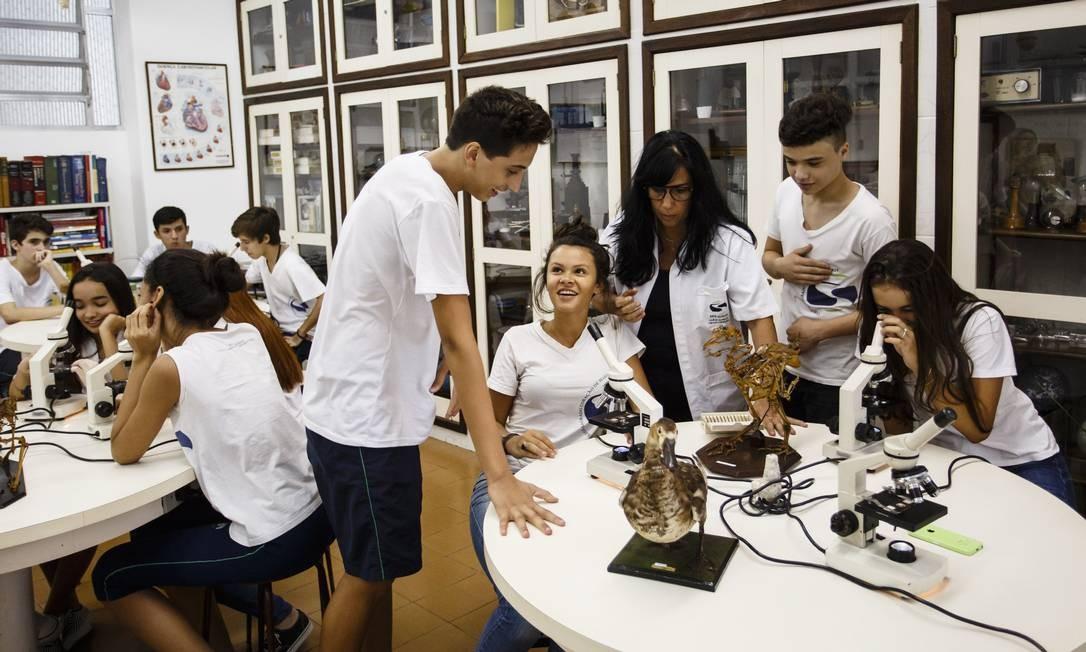 Laboratórios são um dos recursos para preparar alunos para o Pisa, sistema que testa jovens de 15 anos em matemática, leitura e ciências Foto: Fernando Lemos / Agência O Globo