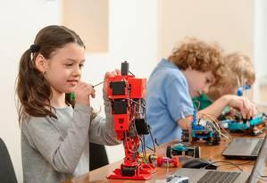 Aulas de robótica são parte da Educação STEAM, que se baseia em projetos: política virou febre nos Estados Unidos Foto: Shutterstock