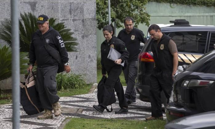 Policiais federais carregam material apreendido durante Operação Capitu, em São Paulo, na última sexta-feira Foto: Edilson Dantas / Agência O Globo
