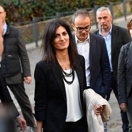 A prefeita de Roma, Virginia Raggi, deixa o tribunal após ser absolvida da acusação de perjúrio Foto: ALBERTO PIZZOLI / AFP