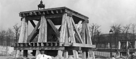Homem posa em frente a uma estátua superprotegida no Jardim de Tuileries (o primeiro jardim público de Paris), durante a Primeira Guerra Mundial. Os monumentos foram cercados por sacos de areia para tentar evitar danos em caso de ataque alemão Foto: Hulton Archive / Getty Images