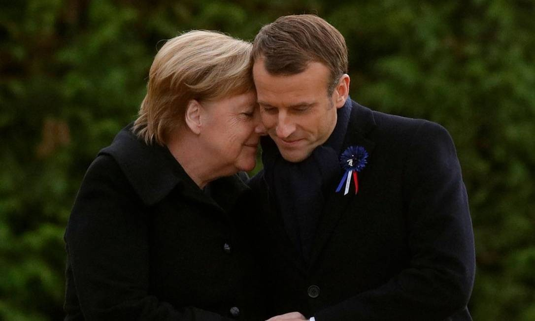 Merkel e Macron após descerrarem uma placa na cerimônia em Compiegne, norte da França pelos cem anos do fim da Primeira Guerra Mundial Foto: PHILIPPE WOJAZER / AFP