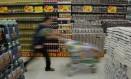 Com crise, consumidores buscam marca própria Foto: Mônica Imbuzeiro / Mônica Imbuzeiro/22-7-2003