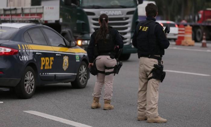 Polícia Rodoviária Federal em operação na Dutra Foto: Cléber Júnior / Agência O Globo
