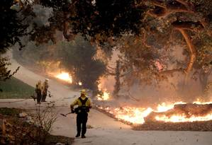 Bombeiros tentam conter fogo nas proximidades do Paramount Ranch na última sexta-feira: propriedade serve de cenário para filmes há mais de um século Foto: Matthew Simmons / AFP