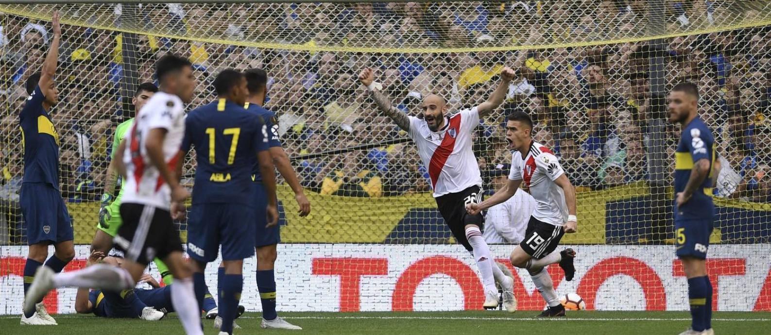 Rafael Santos Borre, à direita, e Pinola comemoram gol no empate do River Plate com o Boca Juniors, na Bombonera Foto: EITAN ABRAMOVICH / AFP