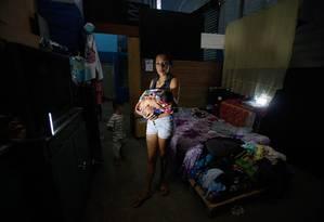 Jessica Monteiro, de 24 anos, foi presa, deu à luz e retornou à cela de dois metros quadrados com o filho de dois dias de vida; após decisão da Justiça, cumprirá prisão domiciliar Foto: Marcos Alves / Agência O Globo