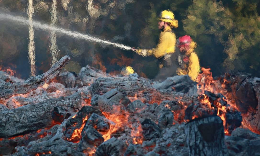 Bombeiros combatem incêndio no acampamento do exército na Califórnia Foto: Sandy Huffaker / AFP