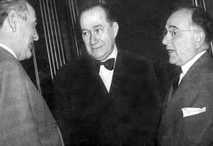 O embaixador Luiz Martins de Sousa Dantas (ao centro), com Oswaldo Aranha (esq.) e Getúlio Vargas (dir.) Foto: Divulgação