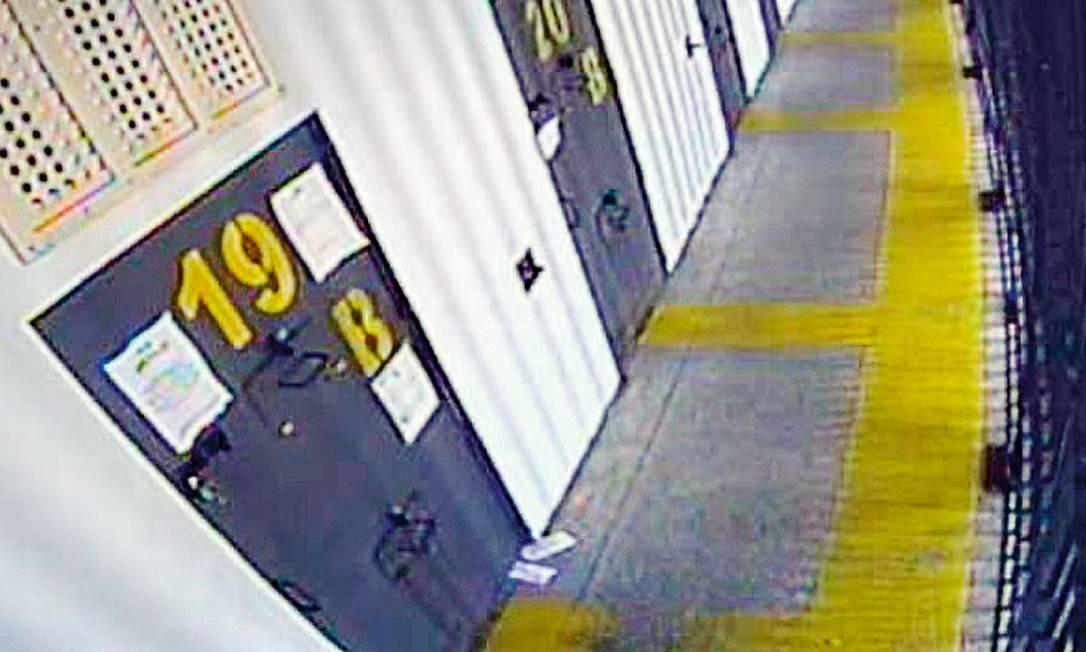 Câmera que vigia a entrada da cela de Beira-Mar. Os bilhetes são passados a vizinhos por meio de uma técnica rudimentar Foto: Reprodução