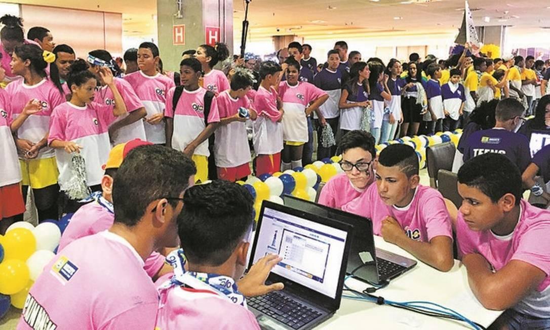 Estudantes de uma escola da rede municipal de Recife participam de uma olimpíada de jogos digitais com software desenvolvido pela Joy Street: aprendizagem pelos games Foto: Divulgação