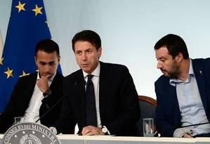 Vice-primeiro-ministro Luigi Di Maio; primeiro-ministro italiano, Giuseppe Conte, e vice-primeiro-ministro, Matteo Salvini Foto: FILIPPO MONTEFORTE / AFP