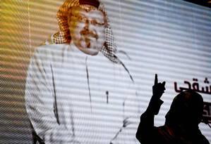 Nobel da Paz Yemeni Tawakkol Karman aponta para imagem digital de Jamal Khashoggi, em Istambul Foto: OZAN KOSE / AFP