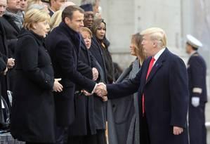 Em Paris para celebrar centenário do fim da Primeira Guerra Mundial, Trump cumprimenta o presidente francês, Emmanuel Macron, e a chanceler federal alemã, Angela Merkel Foto: LUDOVIC MARIN / AFP