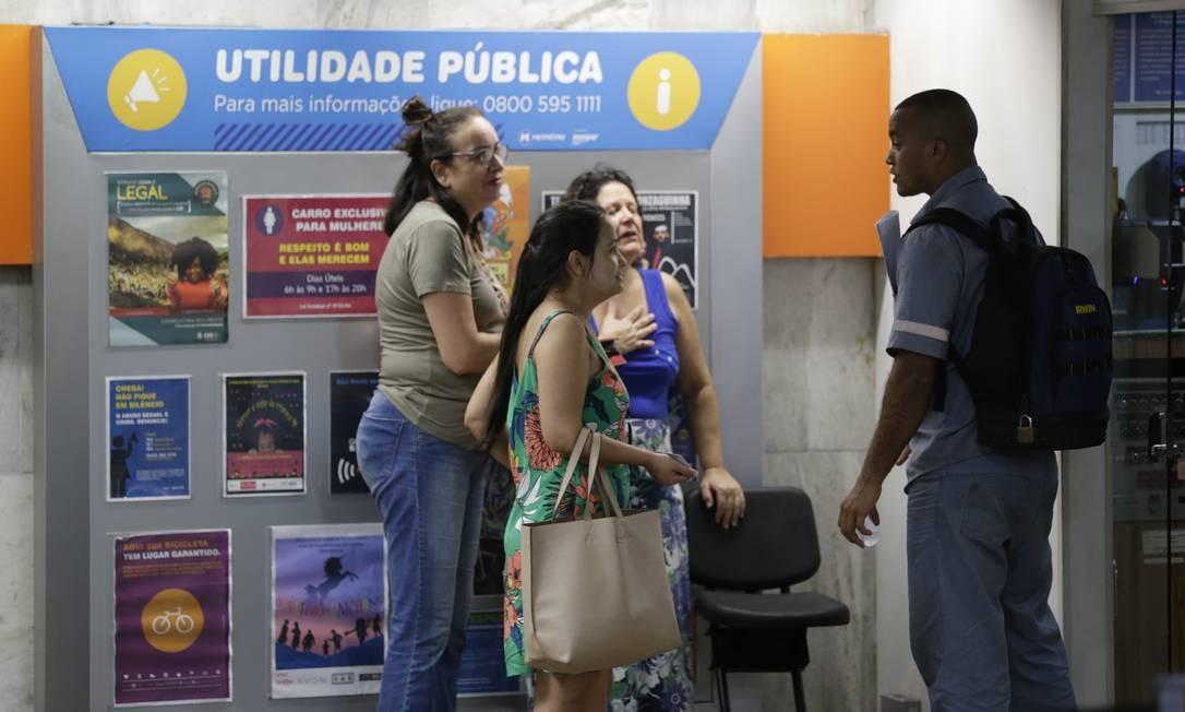 Alguns passageiros chegaram a passar mal após a correria dentro da estação Foto: Gabriel Paiva / Agência O Globo
