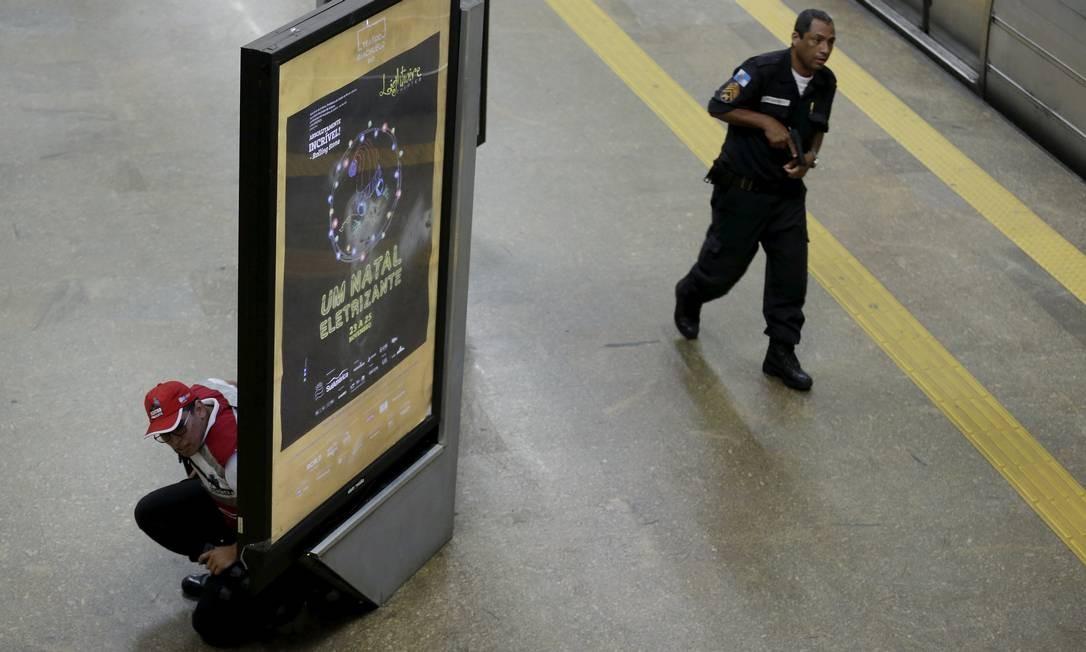 Policiais militares e agentes do Centro Presente entraram na estação na busca do homem armado, que fugiu Foto: Gabriel de Paiva / Agência O Globo