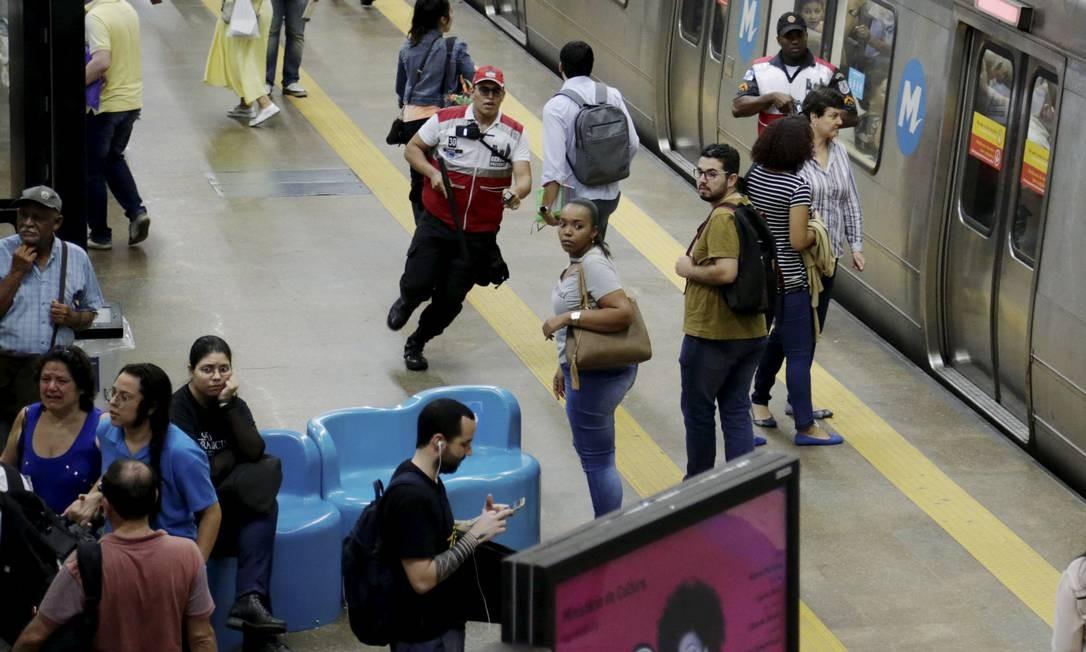 Homem armado na estação Cinelândia do metrô causa pânico entre os passageiros Foto: Gabriel de Paiva / Agência O Globo