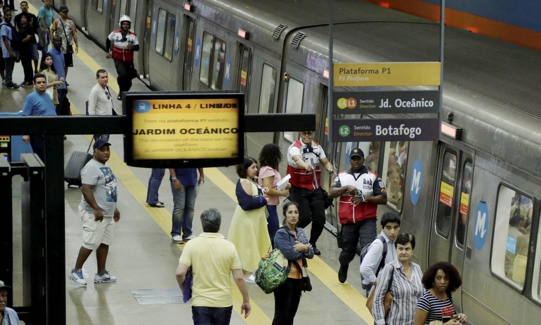 Os dois homens envolvidos na briga fugiram pela linha do trem, causando a interrupção do fornecimento de energia Foto: Gabriel de Paiva / Agência O Globo