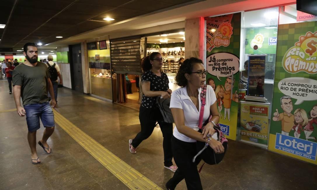 O comércio dentro da estação Cinelândia chegou a fechar durante cerca de 15 minutos Foto: Gabriel Paiva / Agência O Globo