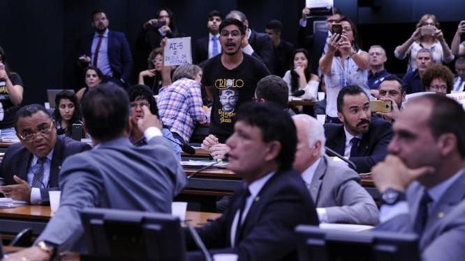 Resultado de imagem para Discussão de Escola Sem Partido tem bate-boca entre deputados e manifestantes