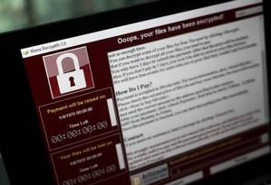Invadido. Tela de computador afetado pelo ciberataque mundial no ano passado Foto: Simon Dawson / Bloomberg/15-5-2017