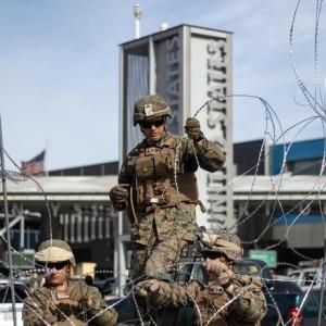 O Departamento de Defesa dos EUA instala barreiras solicitadas pela Proteção de Fronteiras e Alfândega no porto de San Ysidro de entrada, San Diego, EUA, sob a Operação Secure Line, antecipando a chegada de migrantes da América Central em direção à fronteira Foto: GUILLERMO ARIAS / AFP
