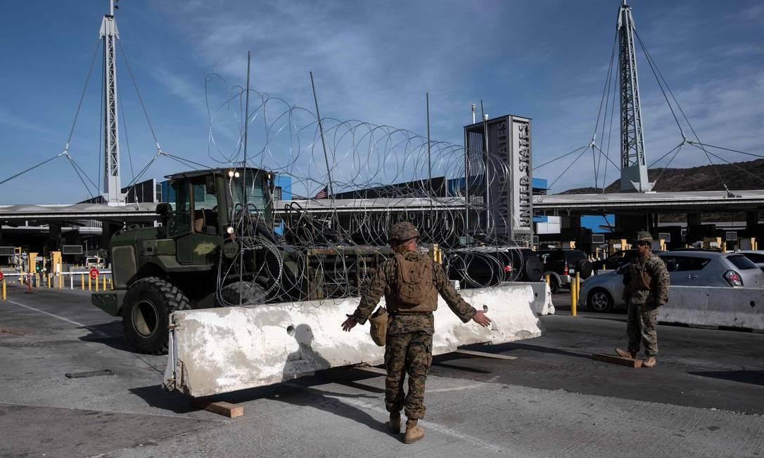 O Departamento de Defesa dos EUA instala barreiras no porto de San Ysidro de entrada, San Diego, EUA, sob a Operação Secure Line, antecipando a chegada de migrantes da América Central Foto: GUILLERMO ARIAS / AFP