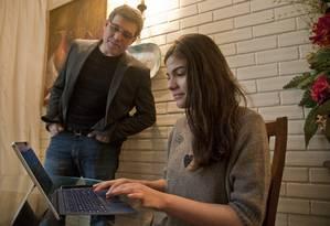 Confiança. Alexandre Freire e a filha, Ana Beatriz: gerenciamento agora é só em relação ao tempo gasto na internet Foto: Adriana Lorete / Agência O Globo