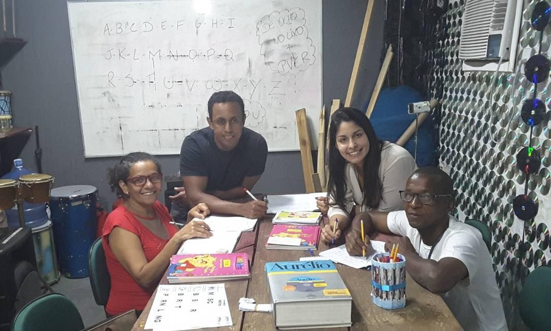 Marcos Barros e a assistente social Lívia Umbelino (em pé) com os alunos Maria e Gelson Foto: Divulgação