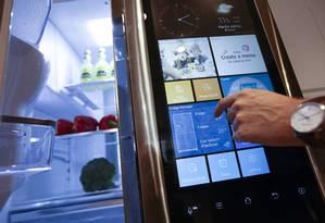"""Novos tempos. Com """"coisas"""" conectadas, usuários precisam aprender novos hábitos de proteção para eletroeletrônicos cotidianos. A partir de uma geladeira, hackers podem acessar a rede interna da casa Foto: Chris Ratcliffe / Bloomberg"""