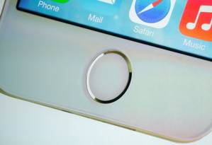 Sensor de digital do iPhone 5S: biometria tradicional é mais falha, segundo especialistas Foto: Stephen Lam / REUTERS/Arquivo
