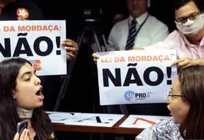 Opositores e apoiadores do projeto Escola sem Partido discutem durante sessão de comissão na Câmara Foto: Jorge William / Agência O Globo