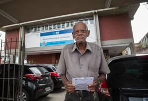 José Caetano com a receita de um medicamento em falta no CMS Hamilton Land, na Cidade de Deus Foto: Emily Almeida / Agência O Globo