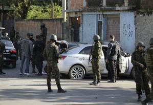 Militares perto do carro onde está o corpo do PM Foto: Gabriel Paiva / Agência O Globo