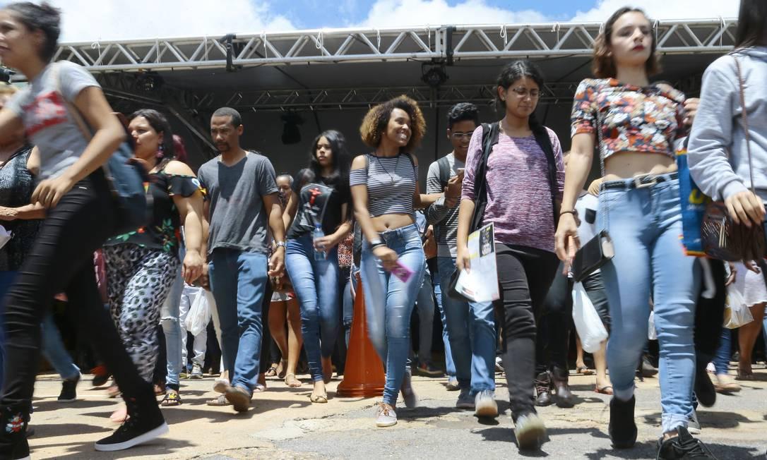 Candidatos entram em local de prova de Brasília para fazer o Enem Foto: Jorge William / Agência O Globo