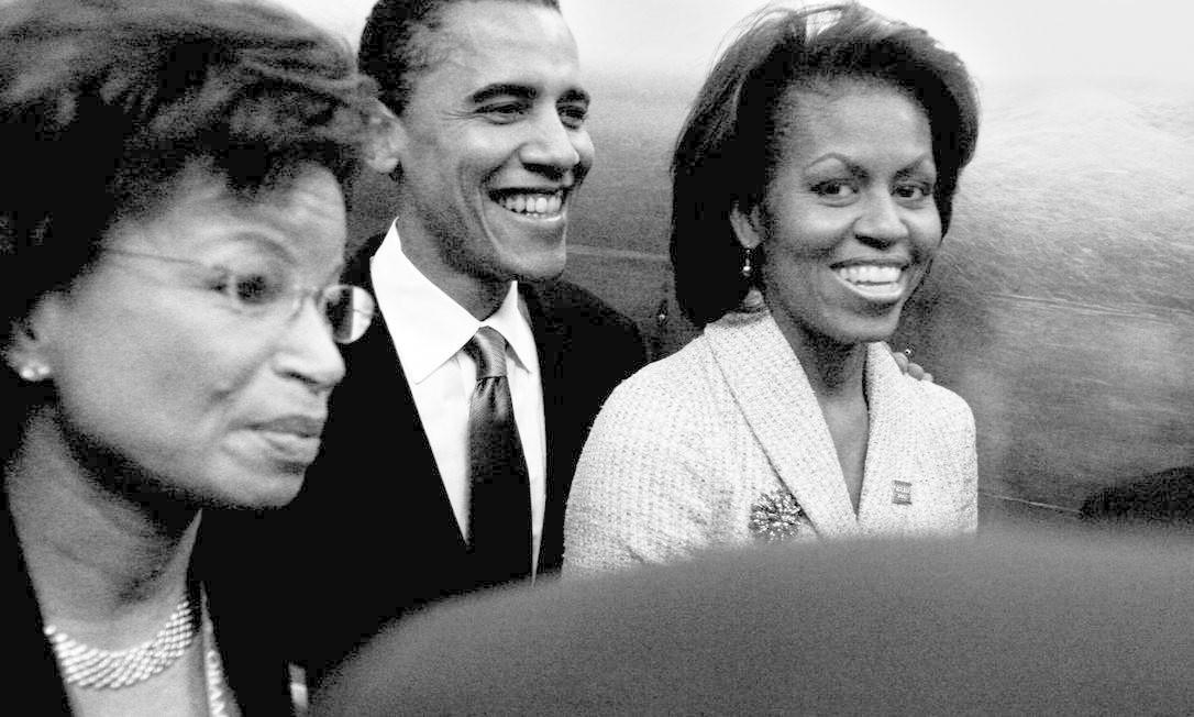 """""""Conheci Valerie Jarrett (à esq.) em 1991, quando ela era vice-chefe de gabinete do prefeito de Chicago. Logo tornou-se conselheira e amiga de confiança minha e de Barack. Nesta foto estamos em um comício de campanha para o Senado, em 2004"""", diz Michelle Foto: David Katz / Divugalção"""