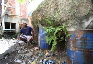 Tonéis escoram pedra imensa na Boa Esperança, em Niterói Foto: Fabiano Rocha / Agência O Globo