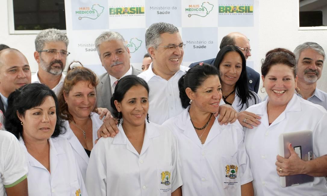 """Ao lado de médicos cubanos, o então ministro da saúde Alexandre Padilha, em um dos primeiros postos contemplados pelo programa """"Mais Medicos"""" Foto: Hans Von Manteuffel"""
