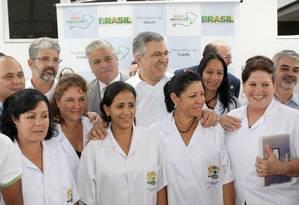 O então ministro da saúde Alexandre Padilha visita o Posto da Saúde da Família de Dois Carneiros Baixo, um dos primeiros contemplados pelo programa
