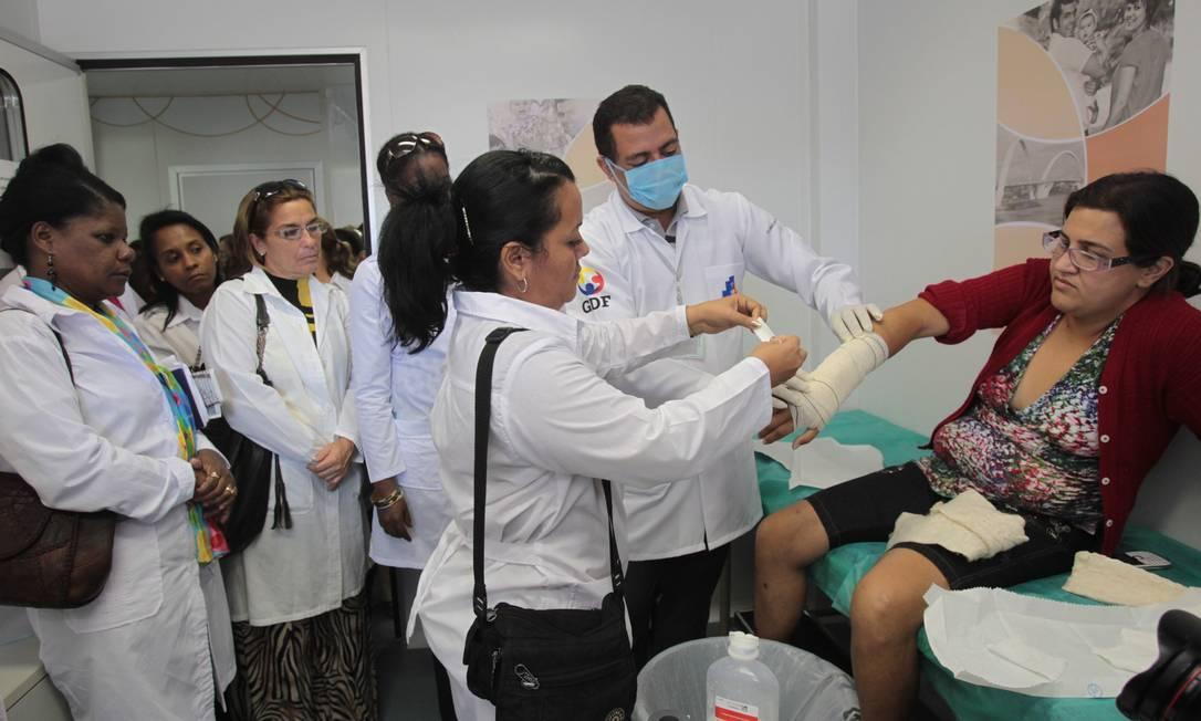 Profissional cubana do programa Mais Médicos atende paciente em Samambaia, cidade satélite de Brasília Foto: Givaldo Barbosa / Agência O Globo /30/08/2013