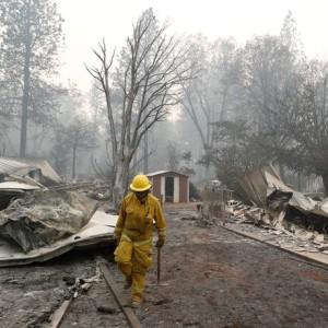 Pelo sexto dia consecutivo, bombeiros ainda trabalham para controlar dois grandes incêndios ativos na Califórnia, nos Estados Unidos Foto: TERRAY SYLVESTER / REUTERS