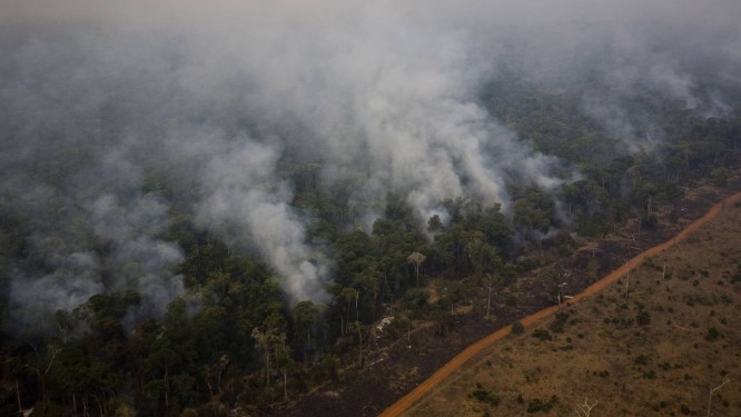 Queimada na região de Alta Floresta, Mato Grosso, em 2007: depois de anos de recuo, desmatamento voltou a aumentar no Brasil, tirando o país da rota de cumprir meta do Acordo de Paris para limitar aquecimento global a 1,5º Celsius Foto: Daniel Beltra/17-09-2007