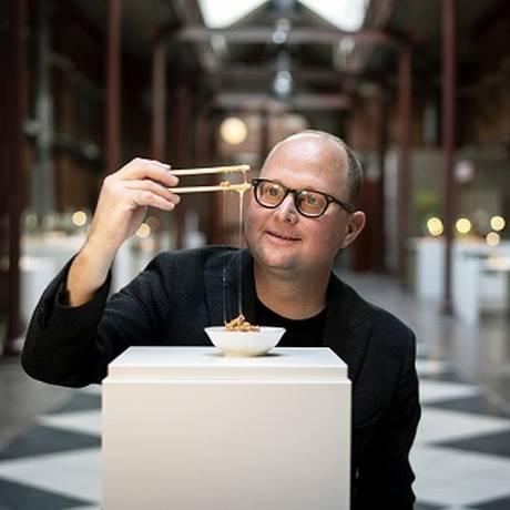 O curador Samuel West brinca com soja fermentada no Museu da Comida Repugnante, em Malmö, na Suécia Foto: MATHIAS SVOLD / NYT