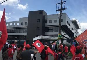 Militantes petistas se reúnem em frente a prédio da PF, onde Lula está preso desde abril, antes de audiência começar Foto: Luiza Dalmazzo / Agência O Globo