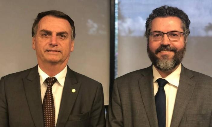 Bolsonaro posa ao lado de Ernesto Araújo, futuro ministro das Relação Exteriores Foto: Reprodução / Instagram