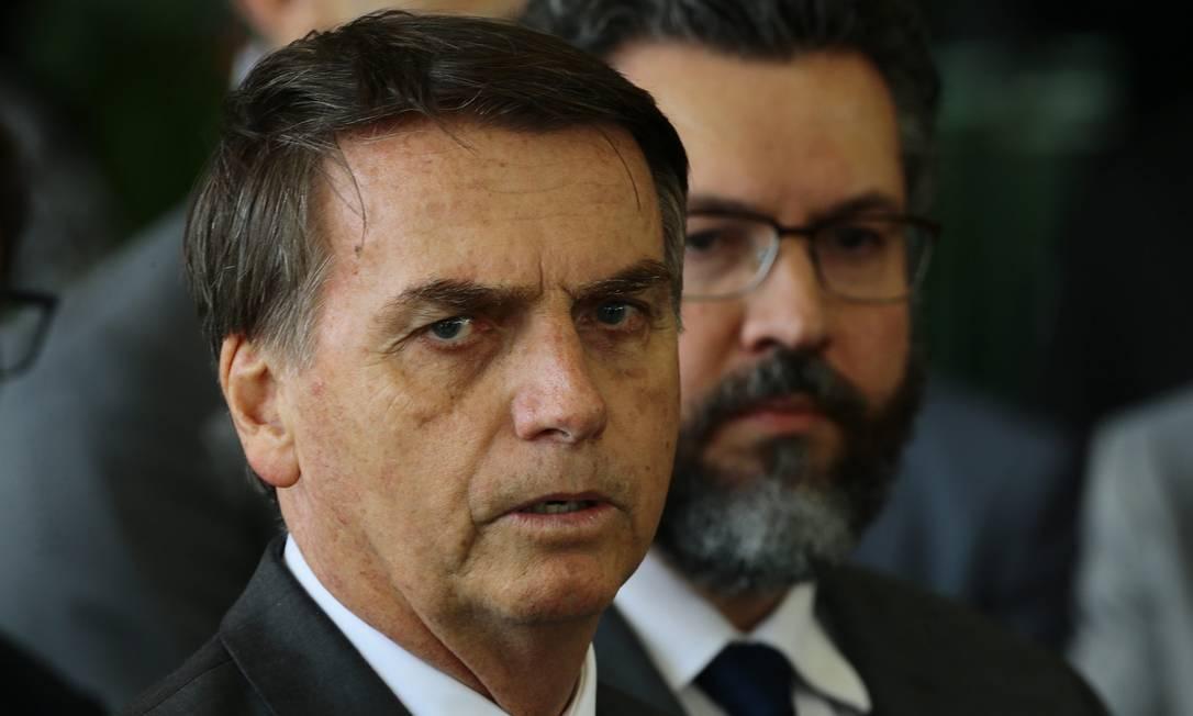 O presidente eleito, Jair Bolsonaro, anuncia o futuro ministro das Relações Exteriores, Nelson Ernesto Araújo, no Centro Cultural Banco do Brasil (CCBB), onde está o gabinete de transição Foto: Jorge William / Agência O Globo