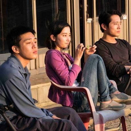 """Ah-in Yoo, Jong-Seo Jeon e Steven Yeun"""" Foto: Divulgação"""